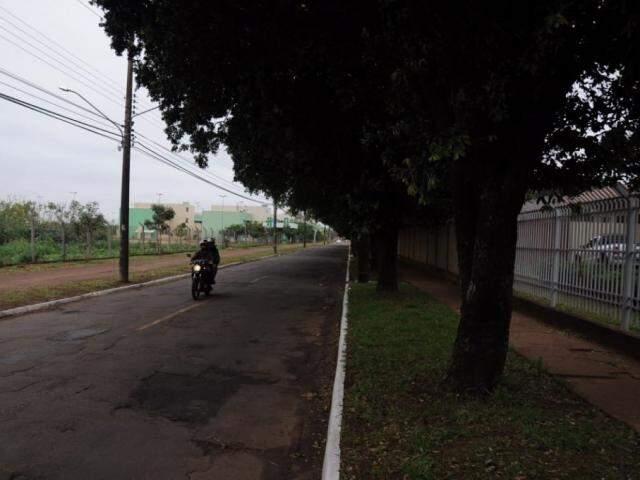 Motociclista na rua Taquarí, no Santo Antônio, nesta quarta-feira (13). (Foto: Paulo Francis).