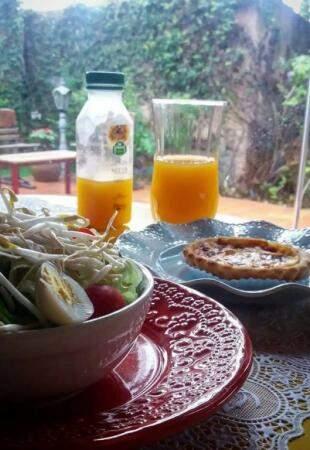 Almoço do bem: saladinha da casa, com quichê e suco orgânico. (Foto: Acervo pessoal)