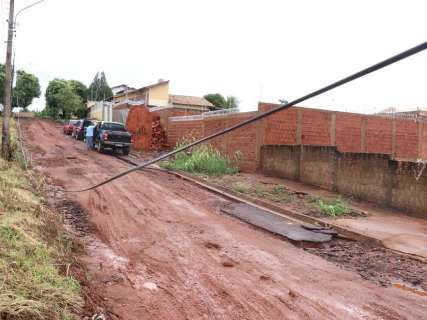 Chuva destruiu asfalto recém executado em rua do Jardim Paradiso