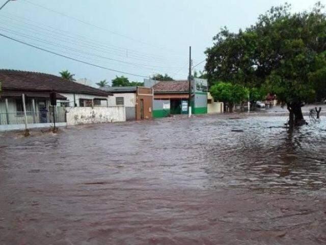 Chuva tomou conta de avenida de Ivinhema (Foto: Direto das Ruas)