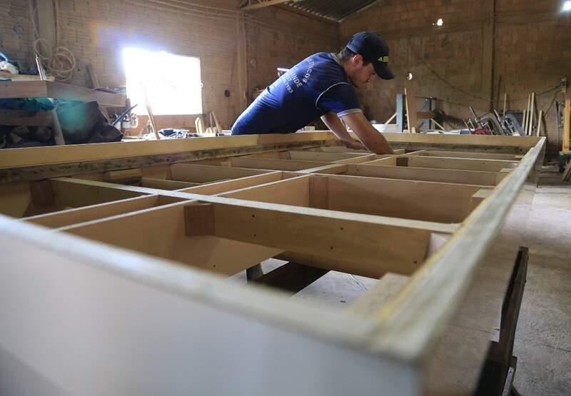 O senhor, de nome curioso, trabalha também com a produção de mesas de sinuca.(Foto:Gerson Walber)