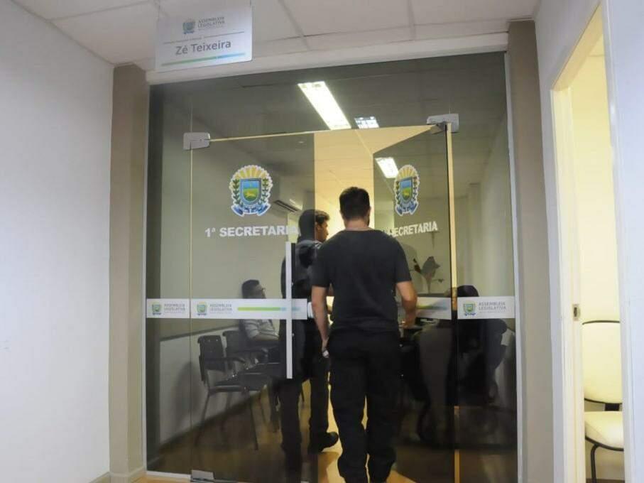 Policiais o gabinete do deputado Zé Teixeira, onde um dos mandados de busca e apreensão foi cumprido no dia 12 (Foto: Paulo Francis/Arquivo)