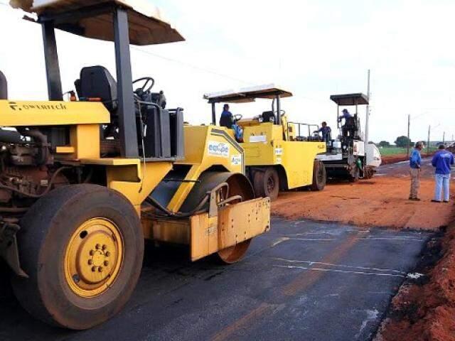 Pavimentação sendo feita por uma das rodovias de MS. (Foto: Divulgação)