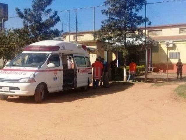 Viatura do Corpo de Bombeiros em frente a presídio onde motim foi registrado (Foto: Porã News)