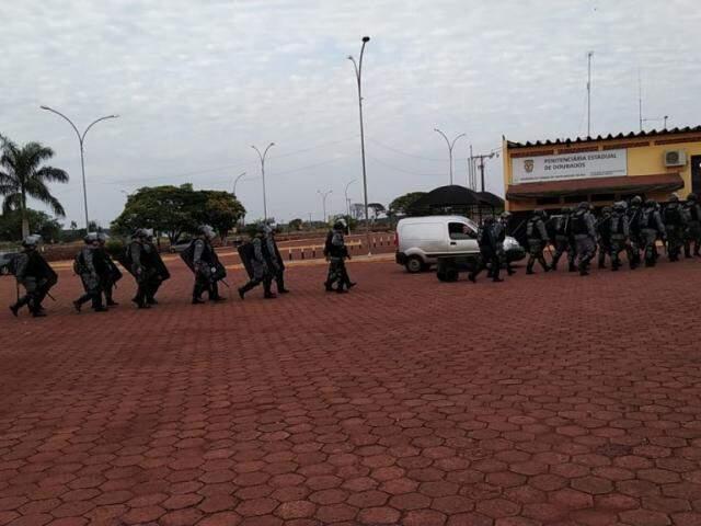 Homens da Tropa de Choque no momento em que chegavam à penitenciária de Dourados, nesta manhã (Foto: Adilson Domingos)