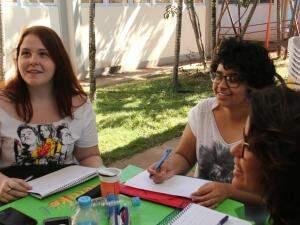 Paola, Rebeca e Lavinya também gostaram de ver a procissão. (Foto: Marcos Ermínio)