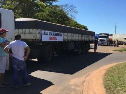 Caminhoneiros e empresas de transporte protestam contra greve