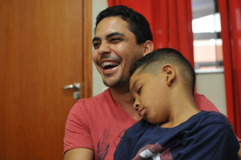 Marcada por sorrisos, entrevista fez até o caçulinha dormir no colo de um dos pais. (Foto: Alcides Neto)