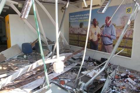 Quadrilha que explodiu caixas eletrônicos fugiu com R$ 118 mil