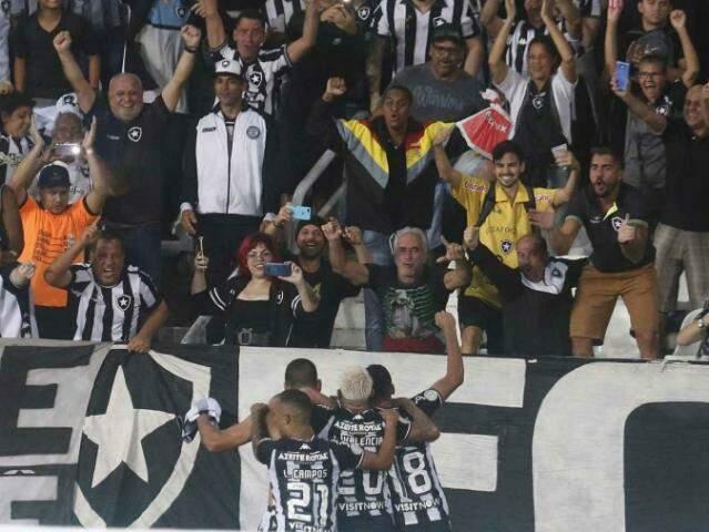 Jogadores comemorando o placar com a torcida. (Foto: Vitor Silva / Botafogo)