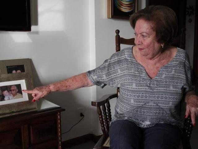 A avó mostra foto de Everaldo com uma das netas.