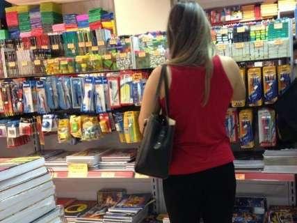Preços caem e pais lotam papelarias em busca dos materiais escolares