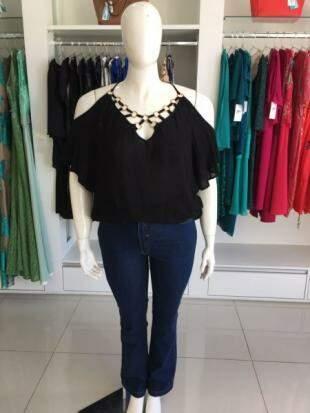 De R$ 139, o preço da blusa preta caiu para R$ 69,50.