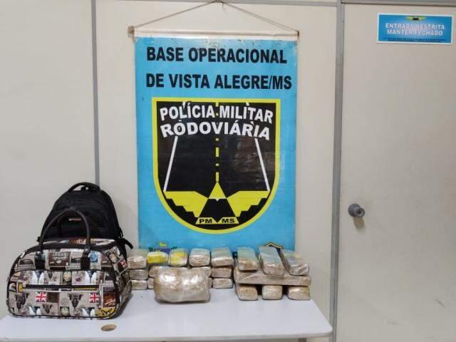 Tabletes de maconha encontrados nas bagagens dos jovens. (Foto: Divulgação/PMR)