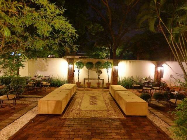 O espaço se assemelha a de uma casa, com um belo jardim na parte de fora. (Foto: André Furquim)