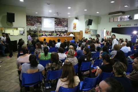 Professores exibem promessas de Bernal antes de decidirem sobre greve