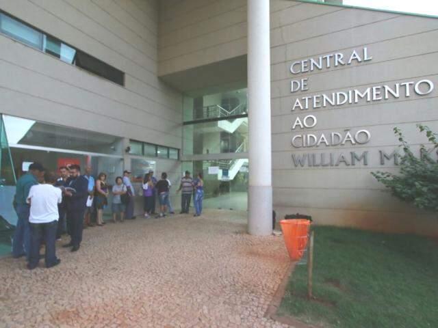 Cerca de 20 pessoas aguardaram a abertura da Central do Cidadão desde a madrugada para pedir a devolução da taxa do lixo. (Fotos: André Bittar)