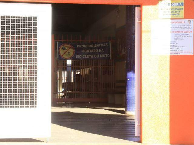 Escola municipal Adair de Oliveira com portão aberto na manhã desta segunda (Foto: Marcos Ermínio)