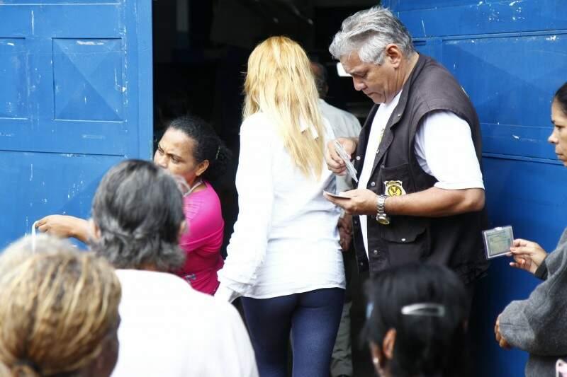 Neste domingo, visitantes entraram no presídio sem qualquer tipo de pertence (Foto: Cleber Gellio)