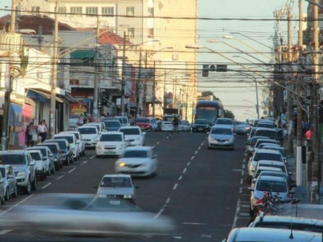 Fluxo de veículos na 14 de Julho, na tarde desta sexta-feira (12). Total de 1,4 quilômetros serão revitalizados. (Foto: Marcos Ermínio)