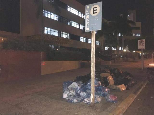 Lixo amontado em esquina do Fórum de Campo Grande. (Foto: Direto das Ruas)