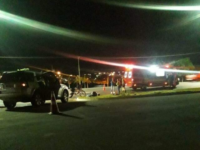 Viatura do Corpo de Bombeiros prestando um primeiro atendimento à vítima ainda no local do acidente. (Foto: Direto das Ruas)