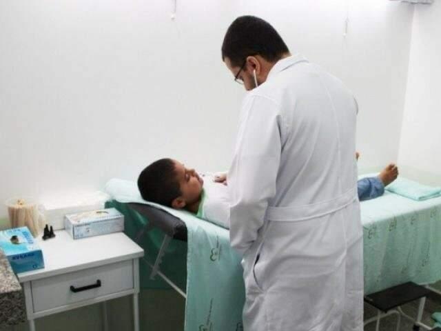 Médico do programa em hospital de Naviraí (Foto: Arquivo)