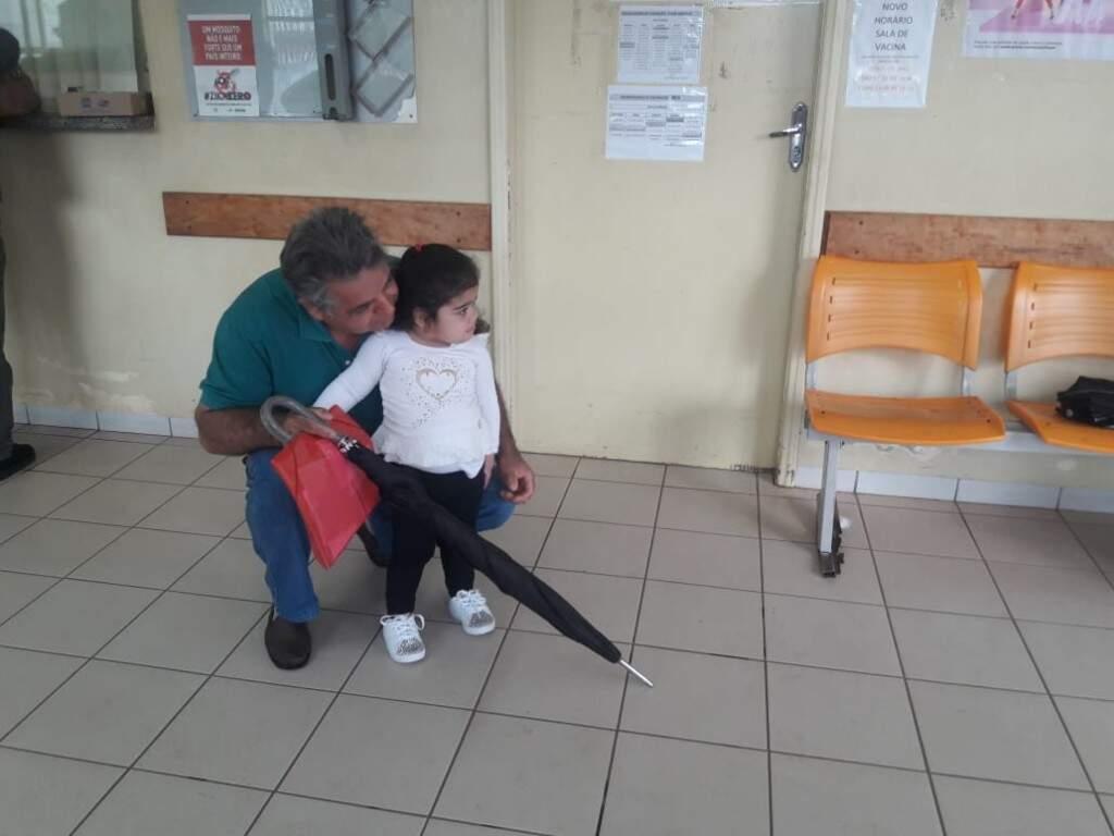 O vovô Idalmar Gironde acompanha a neta de 2 anos e 6 meses (Izabela Sanchez)