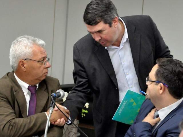 Deputado Cabo Almi (PT), Eduardo Riedel (centro) e Márcio Fernandes (MDB), durante reunião (Foto: Luciana Nassar/ALMS)