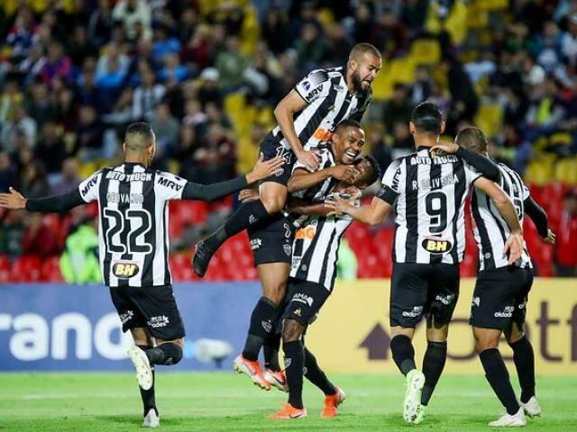 Comemoração dos jogadores após o placar desta noite. (Foto: Altético-MG/FC)