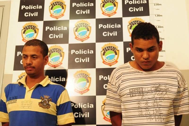 Alexandre (de camisa azul) desferiu os golpes, enquanto Thiago segurava a vítima. (Foto: Rodrigo Pazinato)