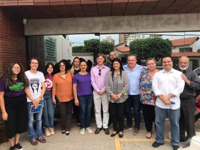 Professores, ex-reitores e alunos da UFGD com Fábio Trad, Rose Modesto e Vander Loubet (Foto: Divulgação)