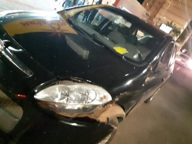 Palio foi o primeiro veículo atingido pelo condutor. (Foto: Direto das Ruas)