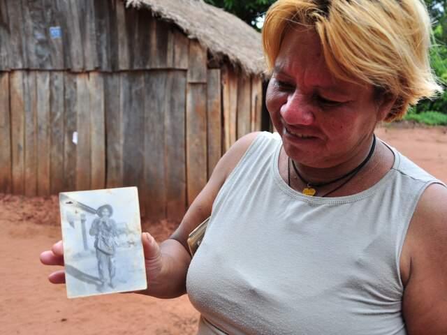 Neta de Eleonora com foto do bisavô nas mãos. Gente que viu a aldeia nascer. (Foto: João Garrigó)