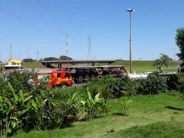 Carreta tombou na alça de acesso do pontilhão na saída para Três Lagoas (Foto: Geisy Garnes)