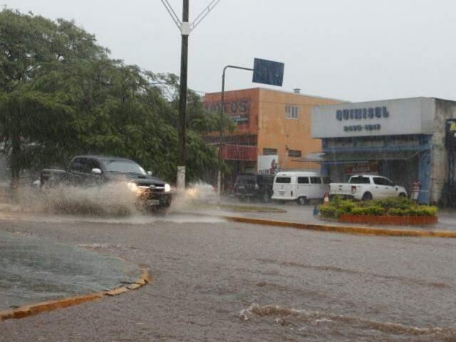 Avenida Hayel Bon Faker ficou alagada durante chuva forte nesta tarde (Foto: Helio de Freitas)