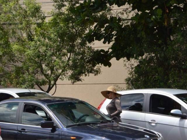Ela passa de carro em carro oferecendo os doces enquanto o semáforo não abre (Foto: Alana Portela)
