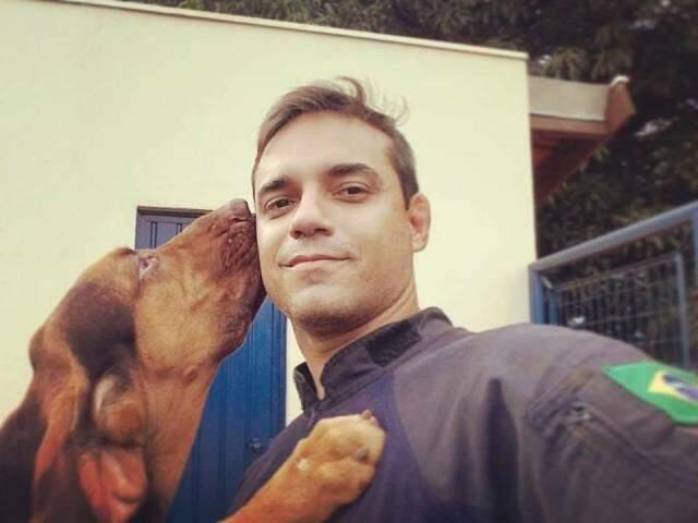"""K9 Apache dando um """"lambeijo"""" no rosto do amigo Thiago Cunha (Foto: Arquivo pessoal)"""