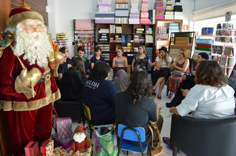 Jovens se encontraram para ler o primeiro livro de Harry Potter (Foto: Naiane Mesquita)