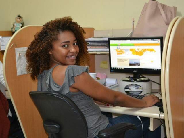 A acadêmica de Jornalismo Graziella Almeida, de 22 anos, é estagiária do Campo Grande News. (Foto: Thailla Torres)