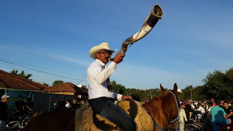 Cavalgada e berrante no Dia de São Pedro. (Foto: Reprodução Facebook)