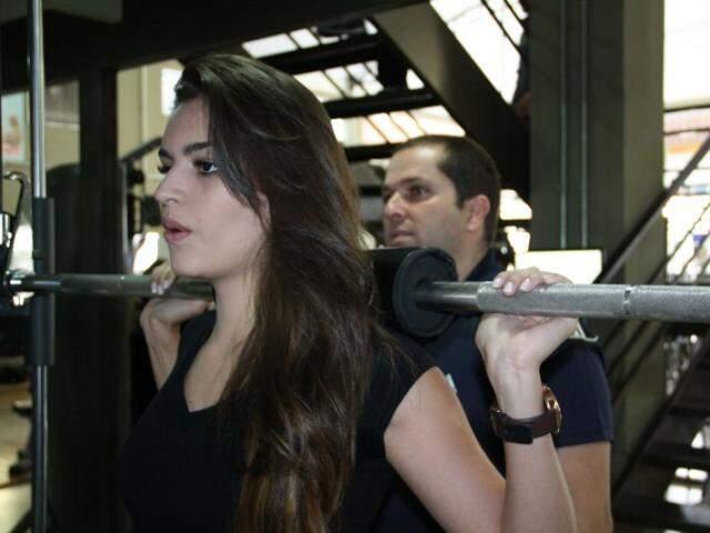 Érika treina para fortalecer músculos sem deixar corpo marcado. (Foto: Marcos Ermínio)