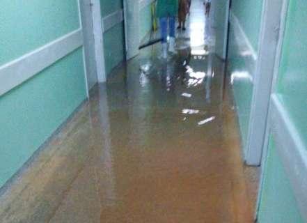 Chuva forte alaga Hospital Regional e causa transtornos na cidade