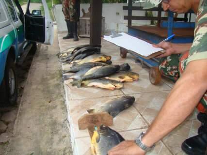 PMA autua dois e apreende 78 kg de pescado no rio Paraguai