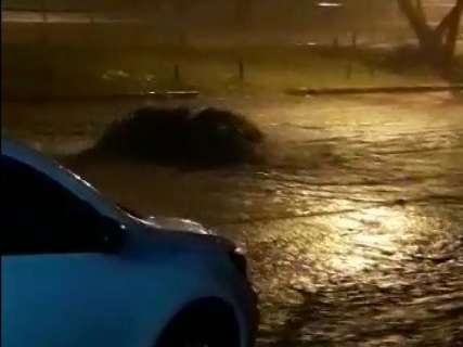 Chuva forte retorna durante a noite e enxurrada toma conta de ruas da Capital