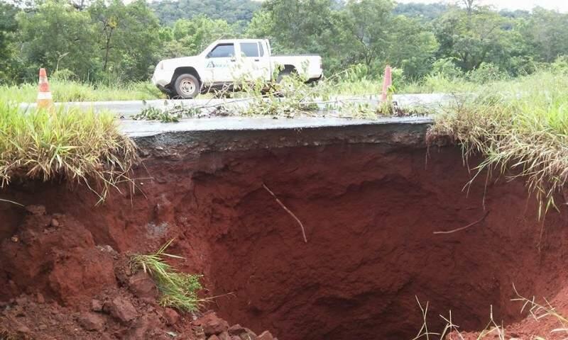 Na MS-178, uma cratera de formou ao lado da pista, causando interdição de metade da rodovia. (Foto: Divulgação)