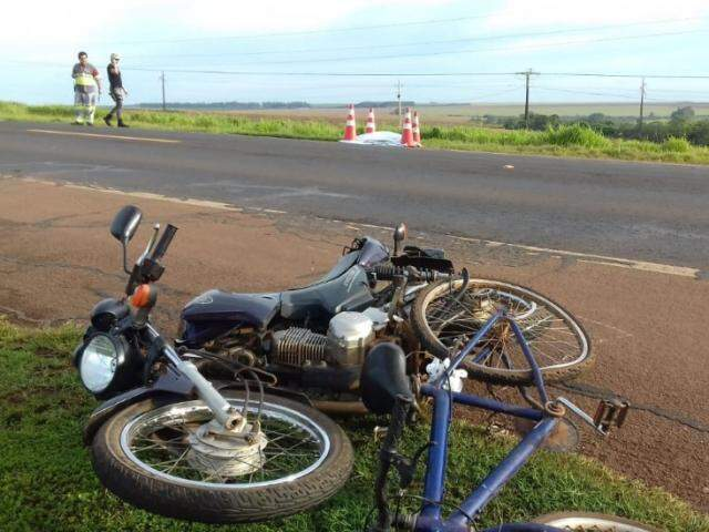 Colisão entre bicicleta e moto arremessou corpo da vítima para acostamento da pista contrária (Foto: Idest)