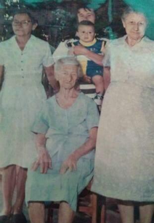 Sentada Maria Pedra, com sua filha Custódia, a direita, sua neta Deja a esquerda, em cima a Bisneta Abadia, e o tataraneto Guthierry. (Foto: Arquivo Pessoal)