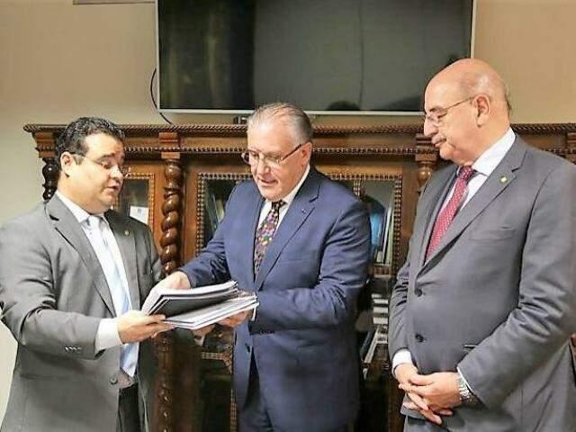 Acompanhado do ex-ministro Osmar Terra, deputado entrega projetos ao ministro Alberto Beltrame (Foto: Divulgação)