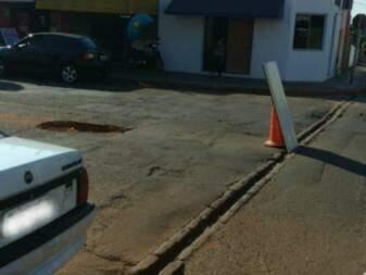 Placa sinalizando buraco que está atrapalhando o trânsito na Av Bandeirantes (Foto: Direto das ruas)